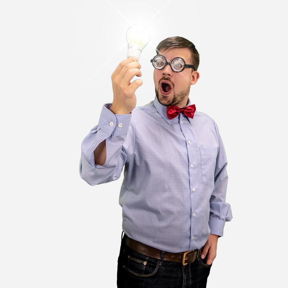 Ein Mitarbeiter von Voltus mit einer Glühbirne in der Hand