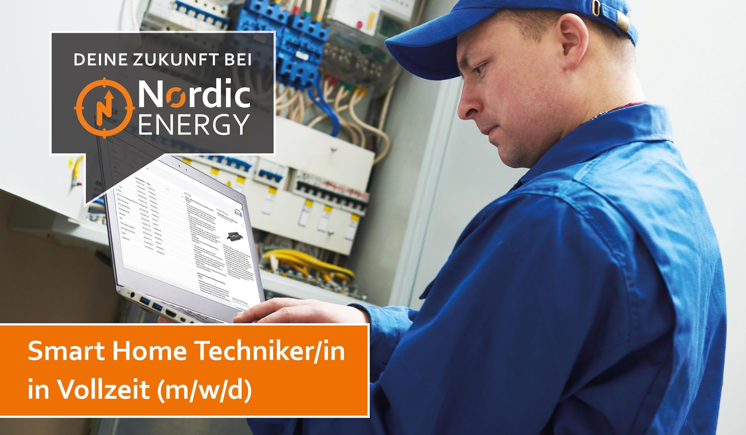 Der Smart Home Techniker von Nordic Energy mit einem Notebook in der Hand, mit dem der Schaltschrank konfiguriert wird